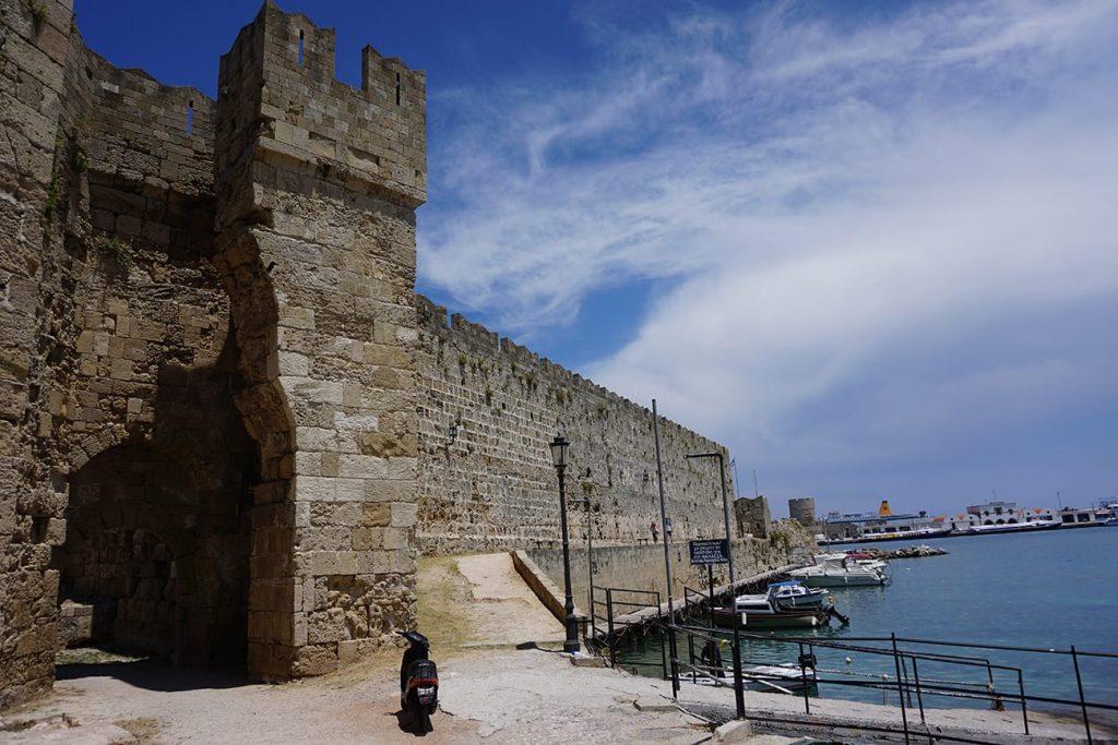 החומה סביב נמל רודוס