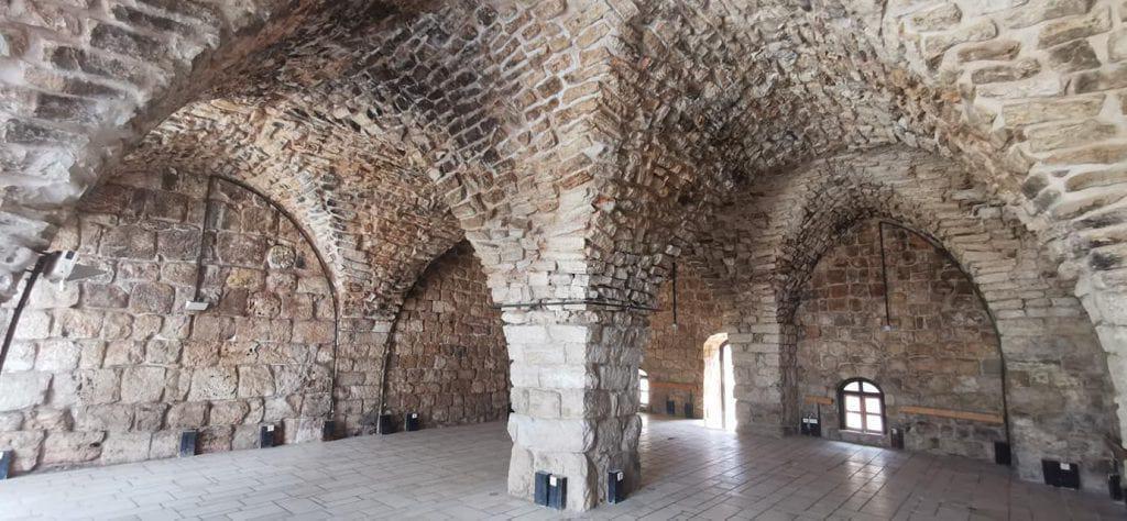 קשתות האבן בתוך מבצר יחיעם