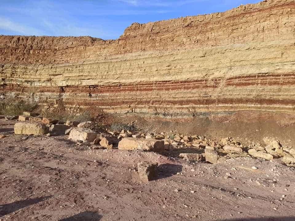 שכבות סלע במכתש